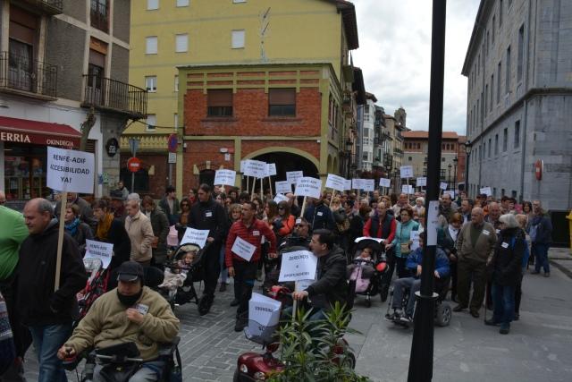 Foto cedida por FEKOOR. Manifestación por la accesibilidad en la red ferroviaria.